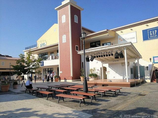 三井アウトレットパーク1Fフェスティバルコート前の休憩場所