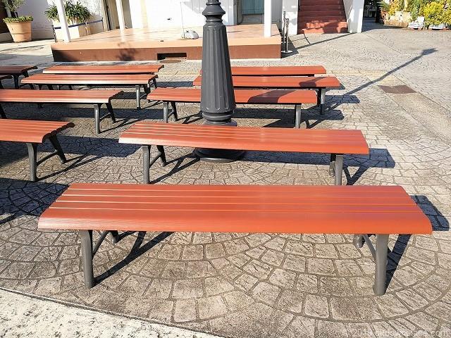 三井アウトレットパーク1Fフェスティバルコート前の2人掛けベンチ