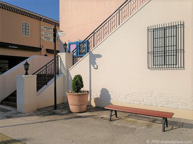 三井アウトレットパーク1Fフェスティバルコート階段前の休憩スペース