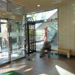 【南大沢駅】パオレ4F 多摩ニュータウン通り側入口付近の休憩場所