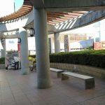 【南大沢駅】パオレ4F 入口前の休憩場所