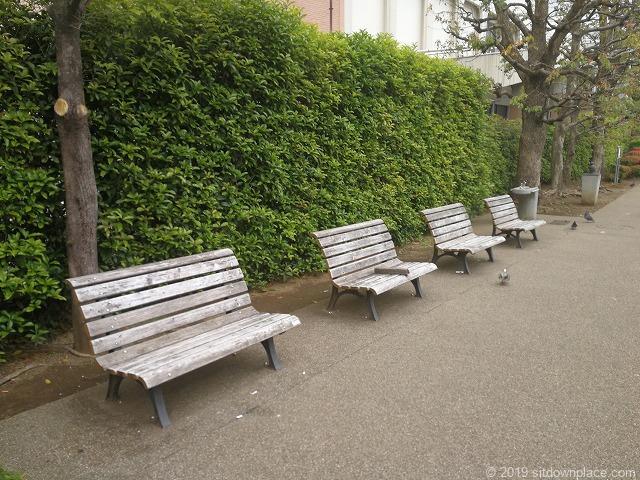 五ヶ村掘緑地の木製ベンチ