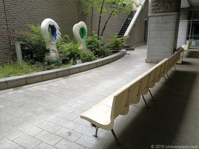 多摩図書館のベンチ