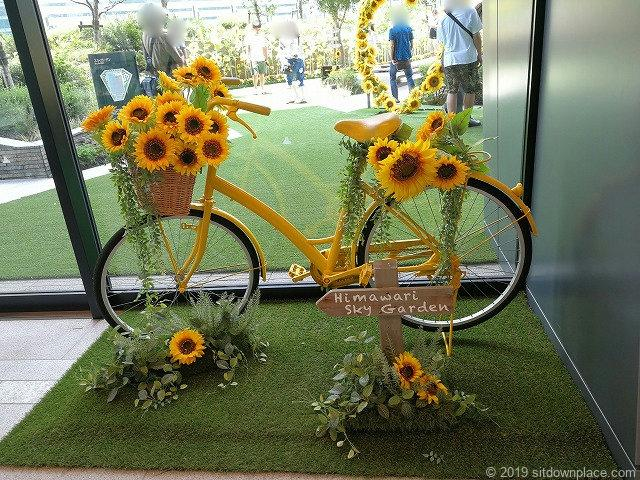 大名古屋ビルヂングスカイガーデン入口のひまわりと自転車