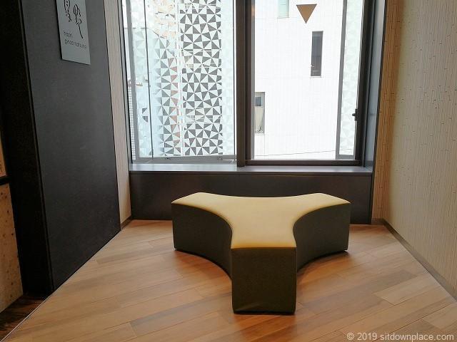 大名古屋ビルヂング3F銀座夏野付近エレベーター横のテトラポットみたいなベンチの休憩場所