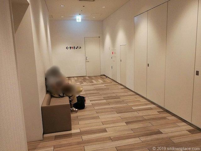 大名古屋ビルヂング3F味仙付近トイレ通路のソファ