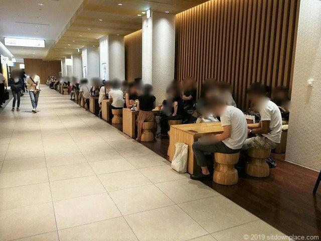 KITTE名古屋1F市バスターミナル前のテーブル席