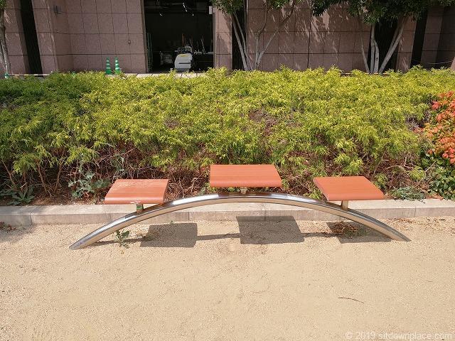 西柳公園のアーチ型3人掛けベンチ