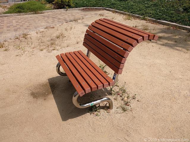 西柳公園の背中がグーっと伸びるベンチ