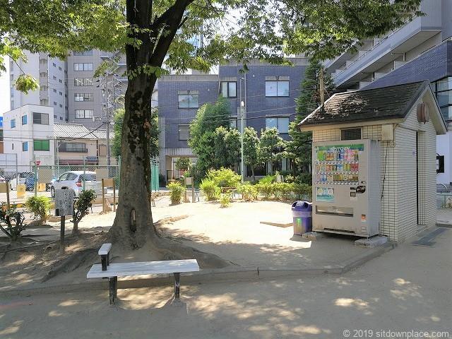 早苗公園の休憩場所ベンチとトイレ