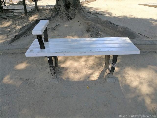 早苗公園の二人掛けベンチ