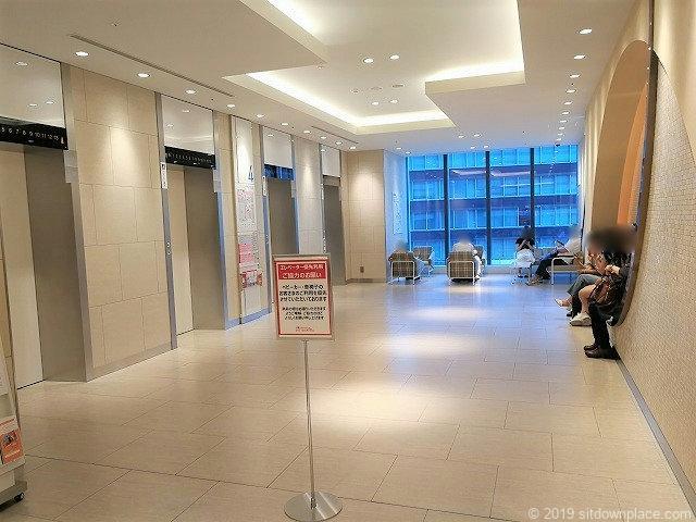 タカシマヤゲートタワーモール中央エレベーター前の休憩場所