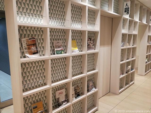 タカシマヤゲートタワーモール8F北エレベーター付近の休憩場所の本棚