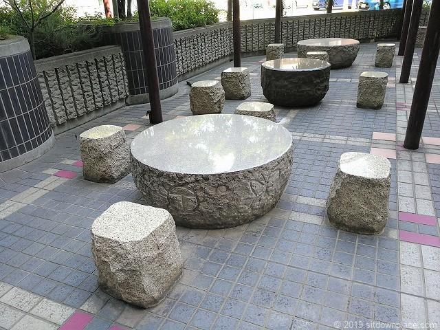 VIA141の石材テーブル