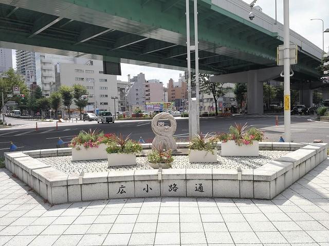 柳橋交差点付近の広小路通の彫刻