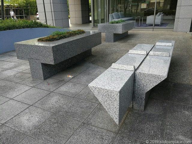 ルネッサンスタワー上野池之端公開空地の石材ベンチ