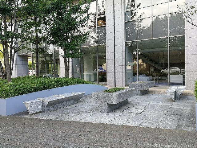 ルネッサンスタワー上野池之端公開空地の休憩場所