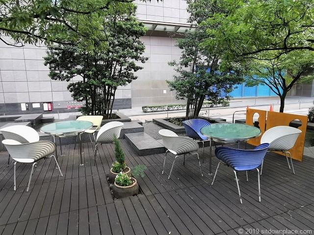 コレド日本橋ANNEXのテーブルがある休憩スペース