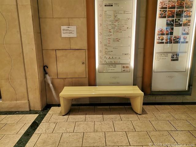 コレド日本橋B1Fインフォメーション横のベンチ