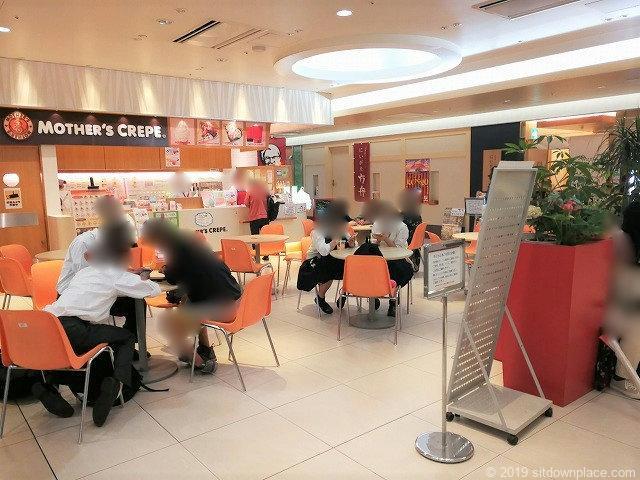 CoCoLo新潟南館マザーズクレープ前待ち合わせ広場のテーブル席