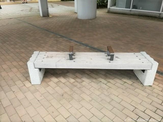 新潟LEXN広場1Fのベンチ