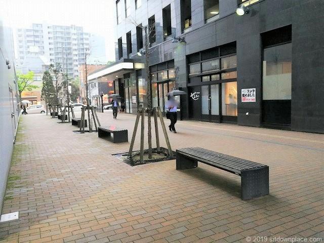 新潟LEXN広場付近の通りの休憩場所