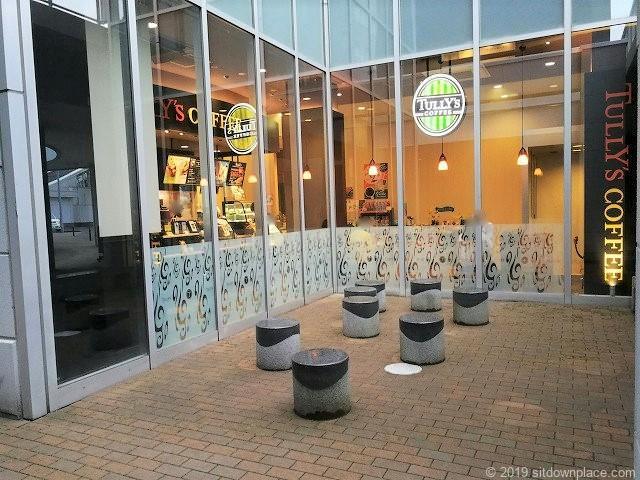 新潟LEXN広場のタリーズコーヒー前のスツール