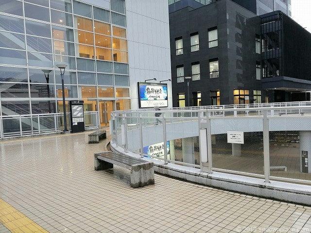 新潟LEXN広場2Fデッキの休憩場所