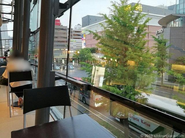 メディアシップ2F窓際のテーブル休憩場所からの景観