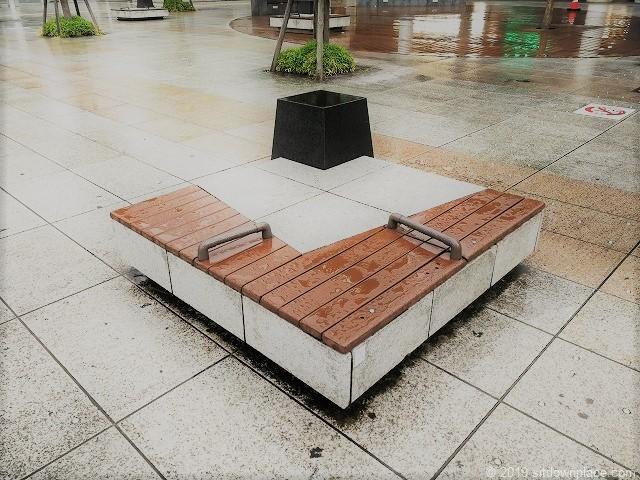新潟駅南口駅前広場のベンチ