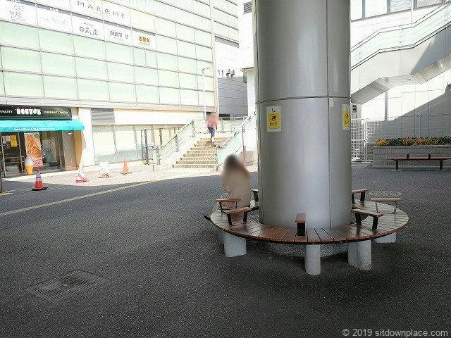 登戸駅前ロータリーの円形ベンチ