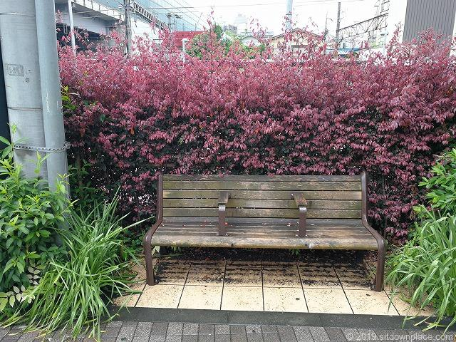登戸駅多摩沿線道路のベンチ