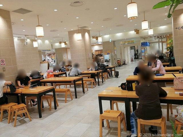 小田原駅HaRuNeハルネ広場の休憩場所