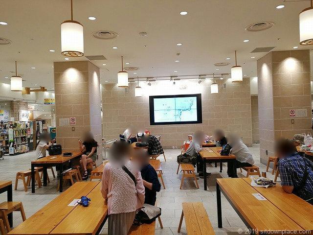小田原駅HaRuNeハルネ広場の休憩スペース