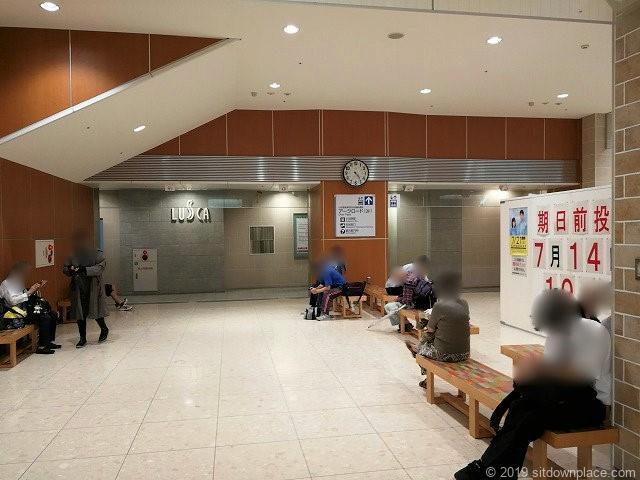 HaRuNeハルネ小田原のうめまる広場の休憩場所