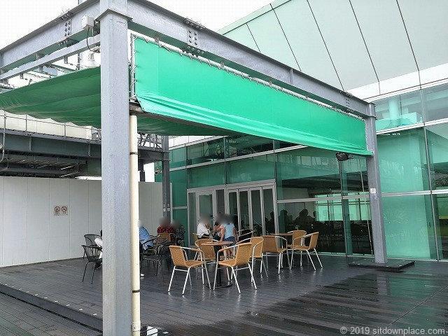 ラスカ小田原屋上庭園スカイガーデンU-meテラスのデッキの休憩場所