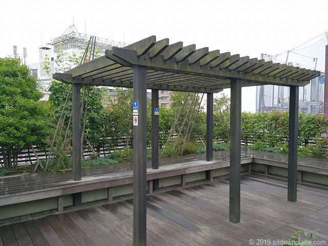 ラスカ小田原屋上庭園スカイガーデンU-meテラスのパーゴラの休憩場所