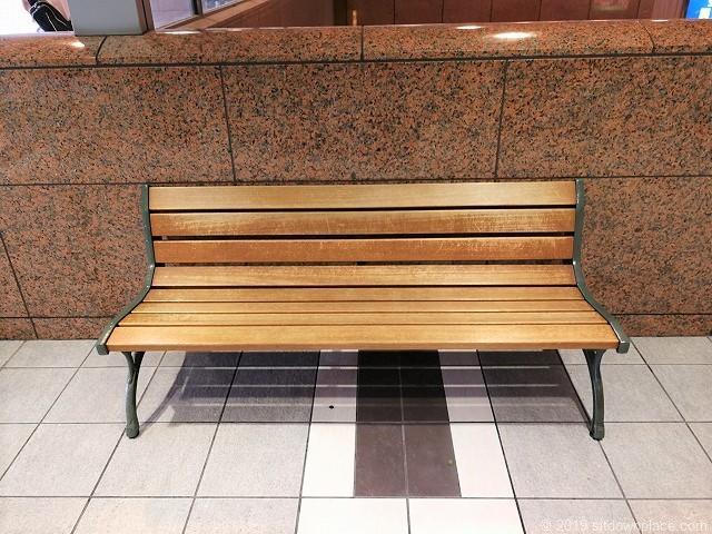 JR小田原ラスカ2F二宮金次郎像付近富士屋ホテルレストラン前のベンチ