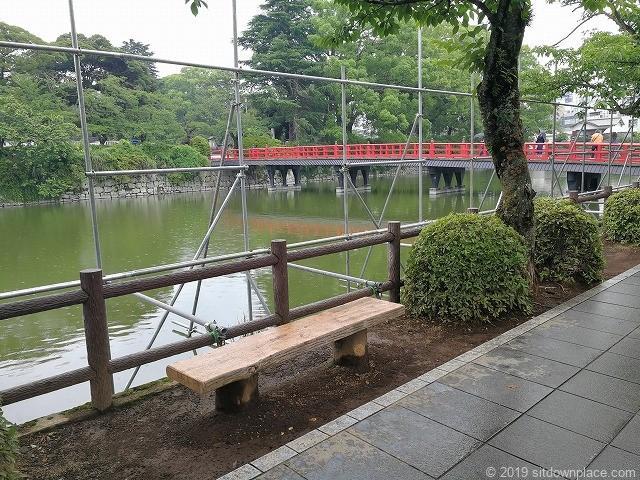 小田原城お堀端通りのベンチと赤い橋(学橋)