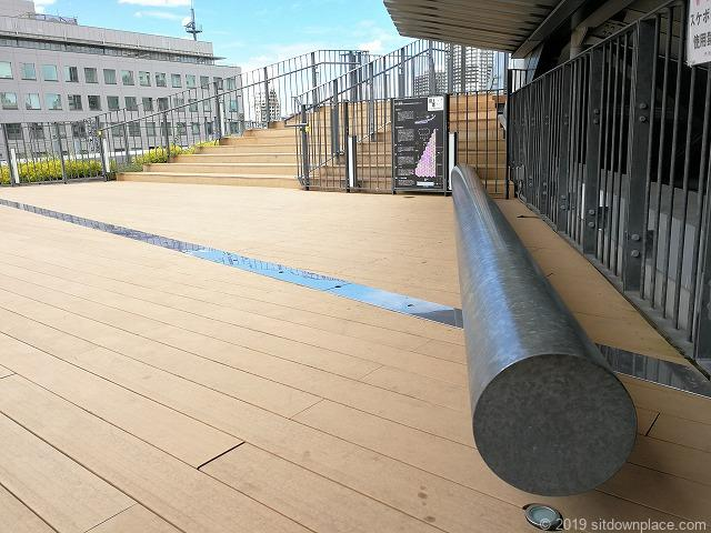 押上駅前自転車駐輪場屋上広場のベンチ