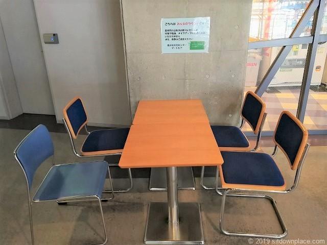 ナディアパーク8Fみんなのラウンジの四角いテーブル席
