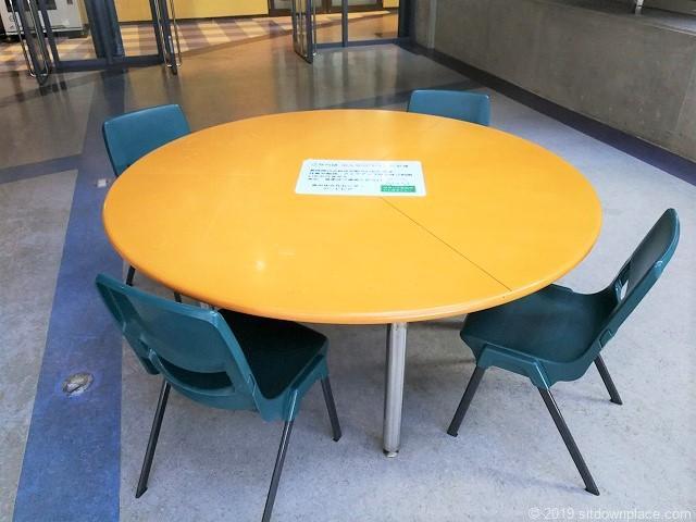 ナディアパーク8Fアートピアの4人掛け丸テーブル席