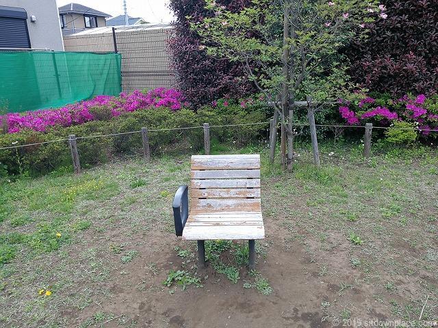 成城1-23広場の可愛いスツールと休憩場所