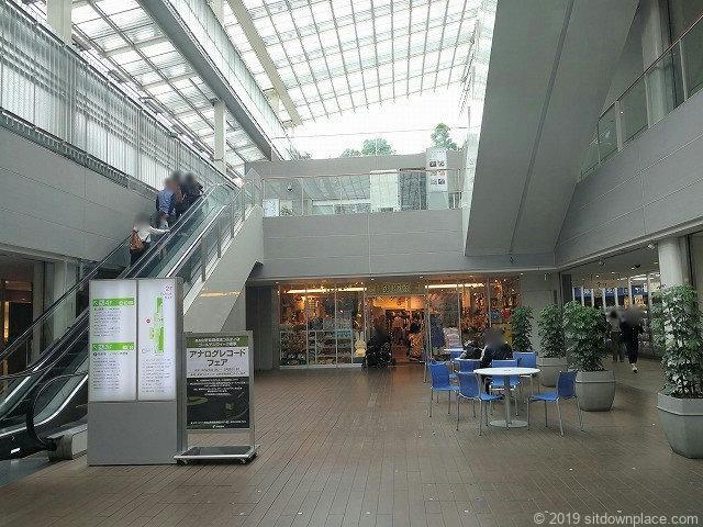 成城コルティ2Fプラザの休憩スペース