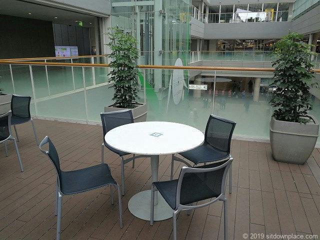 成城コルティ2Fプラザのテーブル席