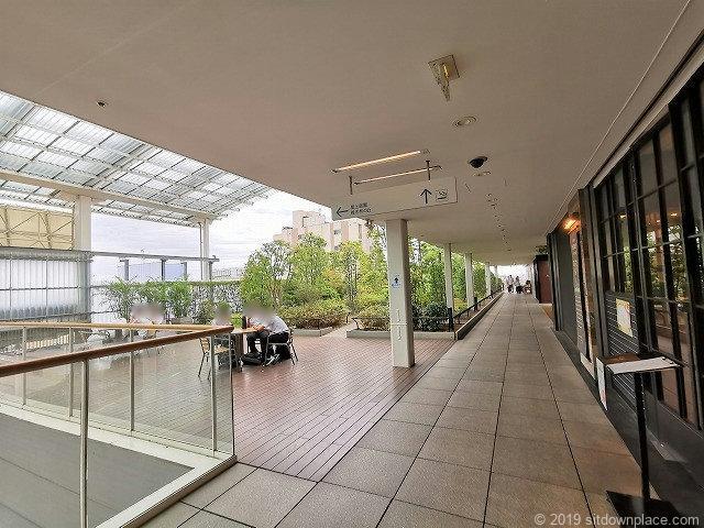 成城コルティ4F屋上庭園雑木林の丘の休憩場所入口