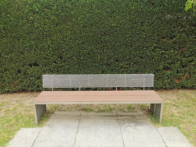 成城コルティ4F屋上庭園オリーブの庭の休憩場所のシンプルなベンチ