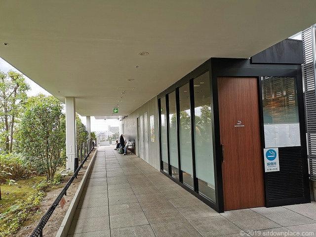 成城コルティ4F屋上庭園の喫煙所とチェア