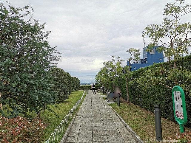 成城コルティ4F屋上庭園オリーブの庭の休憩場所