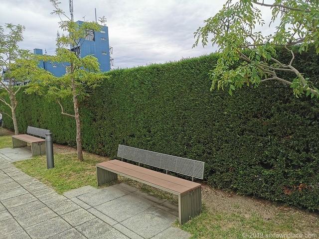 成城コルティ4F屋上庭園オリーブの庭の休憩場所の2人掛けベンチ